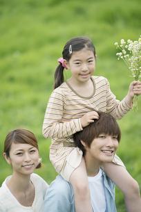 草原で肩車をする親子の写真素材 [FYI04551336]