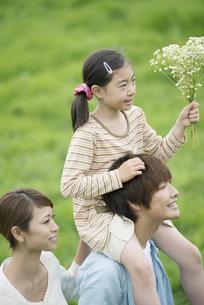 草原で肩車をする親子の写真素材 [FYI04551337]