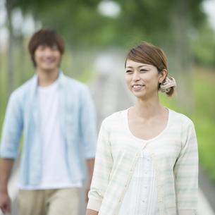 一本道で微笑むカップルの写真素材 [FYI04551386]