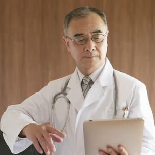 タブレットPCを見る医者の写真素材 [FYI04551460]