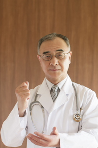 ひらめいたポーズをする医者の写真素材 [FYI04551484]