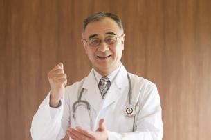 ひらめいたポーズをする医者の写真素材 [FYI04551499]