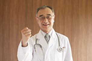 ガッツポーズをする医者の写真素材 [FYI04551503]