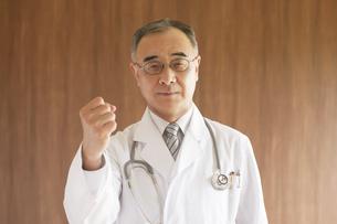 ガッツポーズをする医者の写真素材 [FYI04551504]