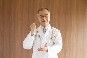 ひらめいたポーズをする医者の写真素材 [FYI04551515]