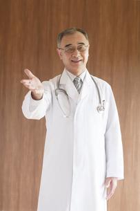 手を差し出す医者の写真素材 [FYI04551525]