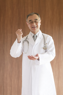 ひらめいたポーズをする医者の写真素材 [FYI04551529]