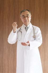 ひらめいたポーズをする医者の写真素材 [FYI04551530]