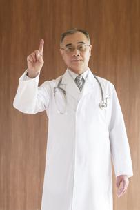 指差しをする医者の写真素材 [FYI04551531]
