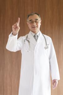 指差しをする医者の写真素材 [FYI04551532]