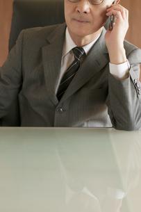 スマートフォンで電話をするビジネスマンの写真素材 [FYI04551539]