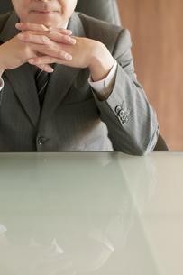 頬杖をつくビジネスマンの写真素材 [FYI04551541]