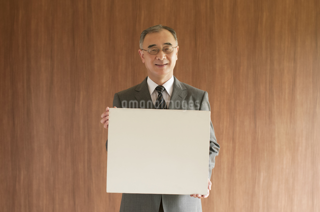 メッセージボードを持つビジネスマンの写真素材 [FYI04551554]