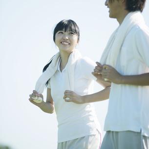 ジョギングをするカップルの写真素材 [FYI04551571]