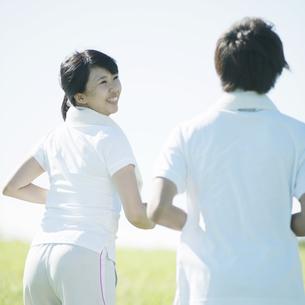 ジョギングをするカップルの写真素材 [FYI04551581]
