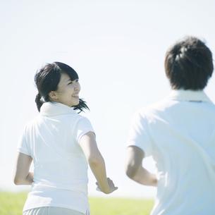 ジョギングをするカップルの写真素材 [FYI04551583]