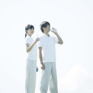 水分補給をするカップルの写真素材 [FYI04551592]