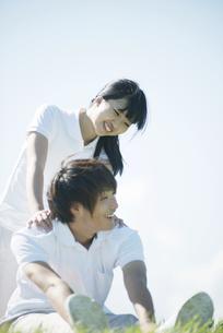 草原でストレッチをするカップルの写真素材 [FYI04551606]