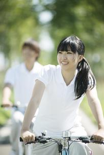 サイクリングをするカップルの写真素材 [FYI04551680]