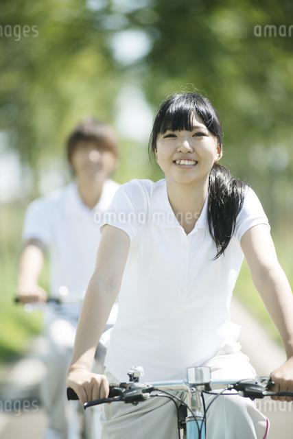 サイクリングをするカップルの写真素材 [FYI04551682]