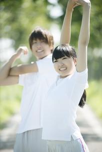 準備運動をするカップルの写真素材 [FYI04551727]