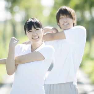 準備運動をするカップルの写真素材 [FYI04551744]