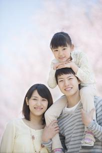 桜の前で肩車をする親子の写真素材 [FYI04551833]