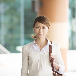 微笑むビジネスウーマンの写真素材 [FYI04551877]