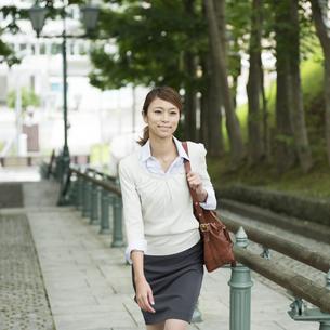 坂道を歩くビジネスウーマンの写真素材 [FYI04551886]