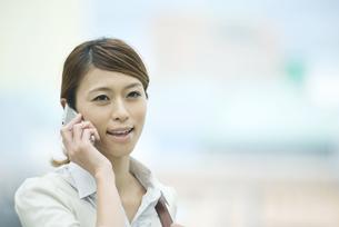 スマートフォンで電話をするビジネスウーマンの写真素材 [FYI04551899]