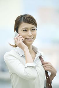 スマートフォンで電話をするビジネスウーマンの写真素材 [FYI04551901]