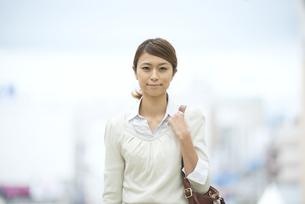 微笑むビジネスウーマンの写真素材 [FYI04551905]