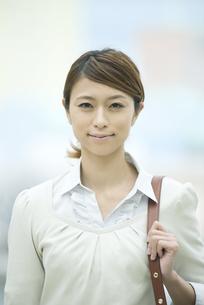 微笑むビジネスウーマンの写真素材 [FYI04551906]