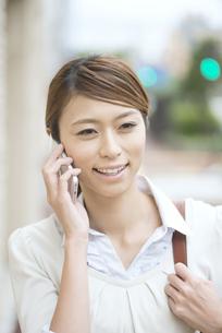 スマートフォンで電話をするビジネスウーマンの写真素材 [FYI04551916]
