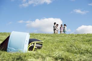 草原でじゃんけんをする小学生の写真素材 [FYI04552026]