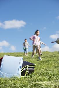 草原に置いてあるランドセルと小学生の写真素材 [FYI04552033]