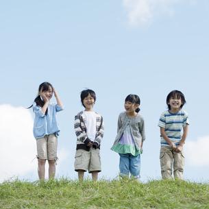草原で微笑む小学生の写真素材 [FYI04552083]