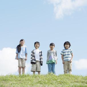 草原で微笑む小学生の写真素材 [FYI04552084]