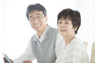 微笑むシニア夫婦の写真素材 [FYI04552091]