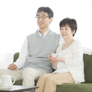 椅子に座り微笑むシニア夫婦の写真素材 [FYI04552105]