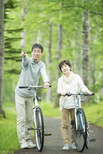 自転車を押すシニア夫婦の写真素材 [FYI04552131]
