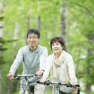 自転車に乗るシニア夫婦の写真素材 [FYI04552136]
