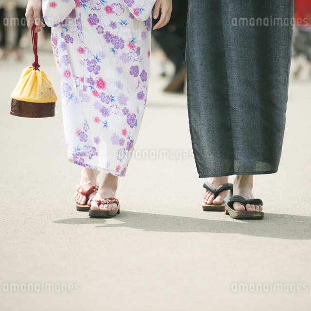 浴衣姿のカップルの足元の写真素材 [FYI04552190]