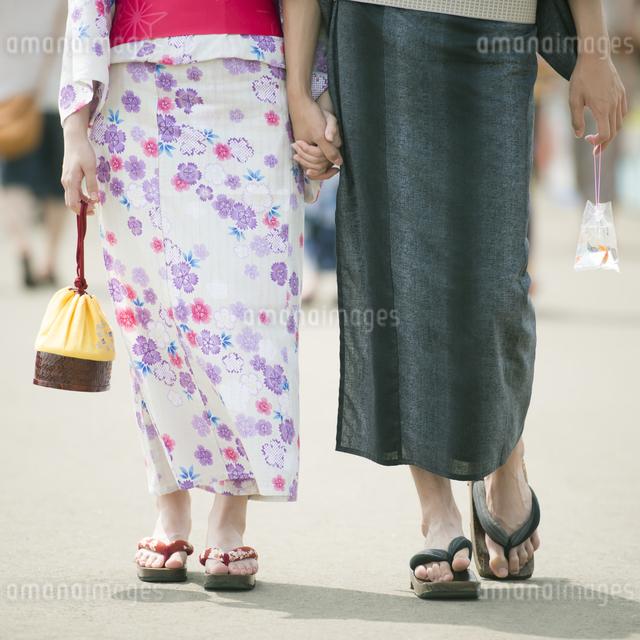 浴衣姿のカップルの足元の写真素材 [FYI04552193]