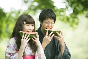 スイカを食べる浴衣姿のカップルの写真素材 [FYI04552284]