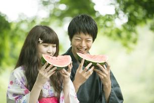 スイカを食べる浴衣姿のカップルの写真素材 [FYI04552286]