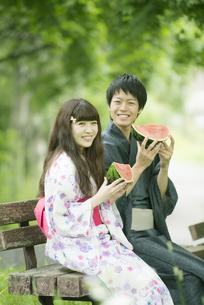 スイカを持ち微笑む浴衣姿のカップルの写真素材 [FYI04552299]