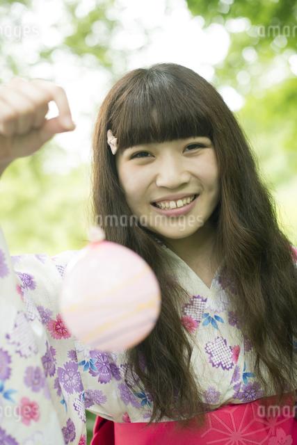 ヨーヨーを持ち微笑む浴衣姿の女性の写真素材 [FYI04552311]