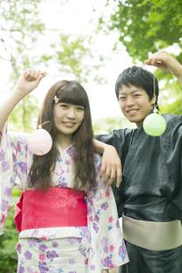 ヨーヨーを持ち微笑む浴衣姿のカップルの写真素材 [FYI04552313]