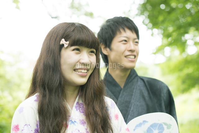 新緑の中で微笑む浴衣姿のカップルの写真素材 [FYI04552315]